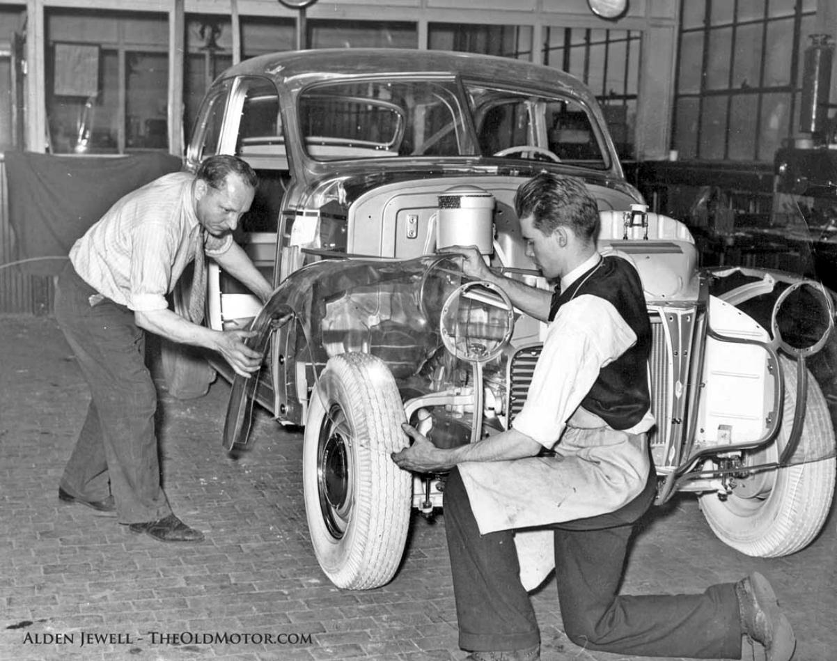 1939 Pontiac Plexiglas Deluxe Six Ghost Car.jpg 10