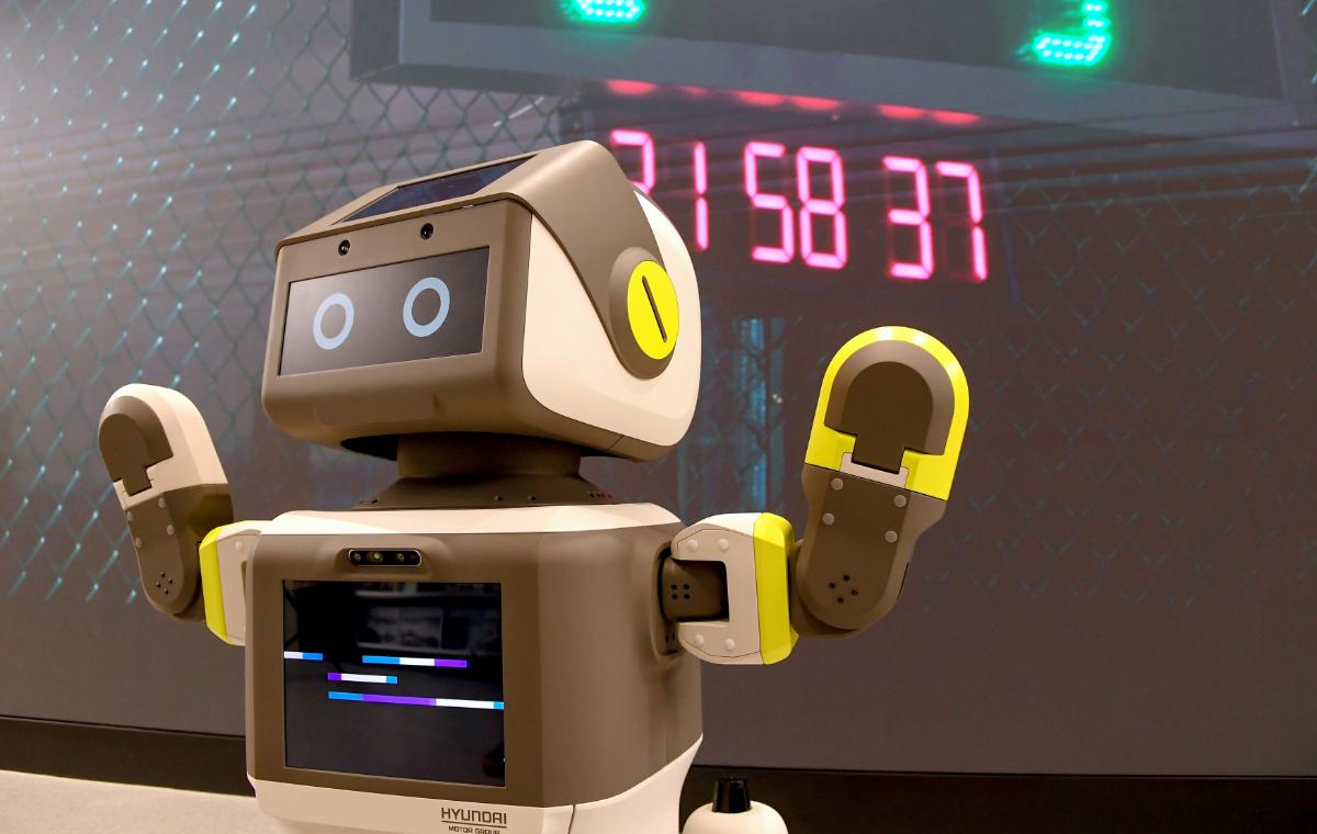 Hyundai's DAL-e robot warns customers to don mask