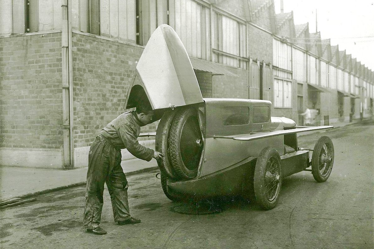 Two spare wheels were placed in the tail.